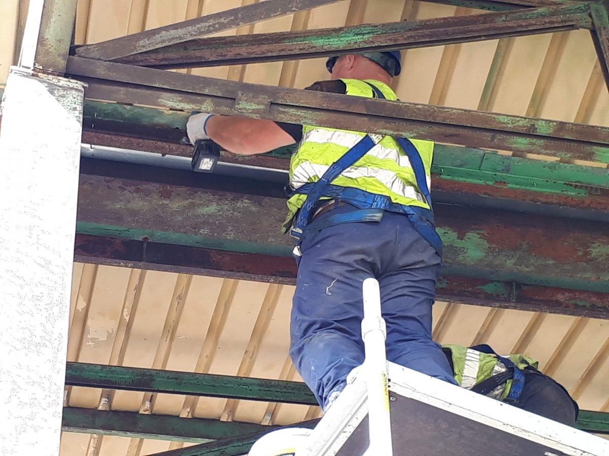 czyszczenie konstrukcji dachu
